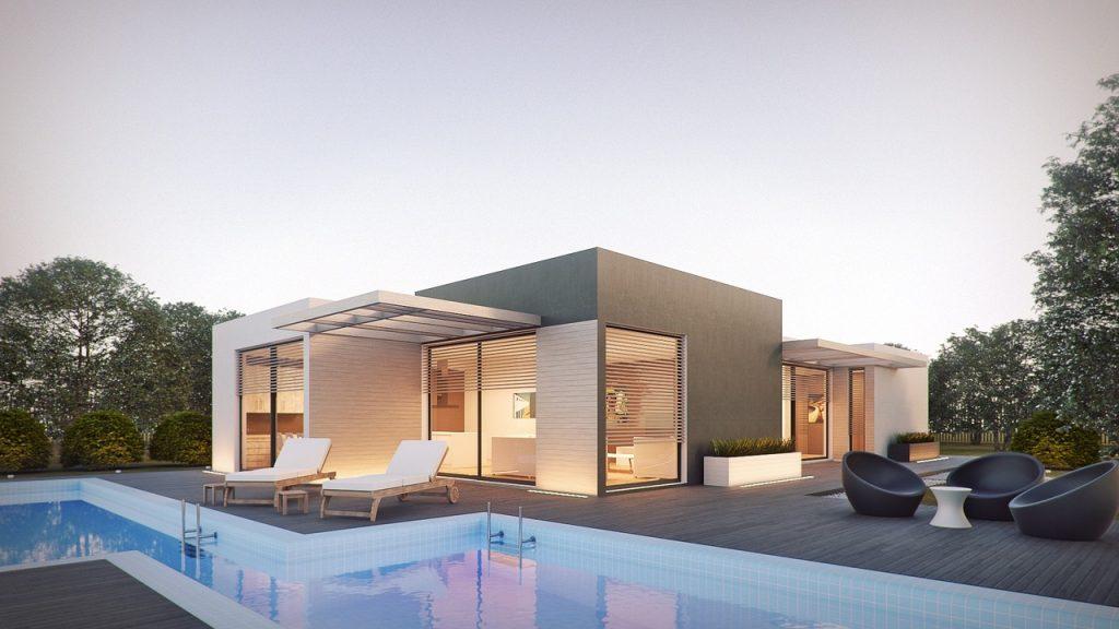 Maison design plain-pied avec piscine et terrasse en bois