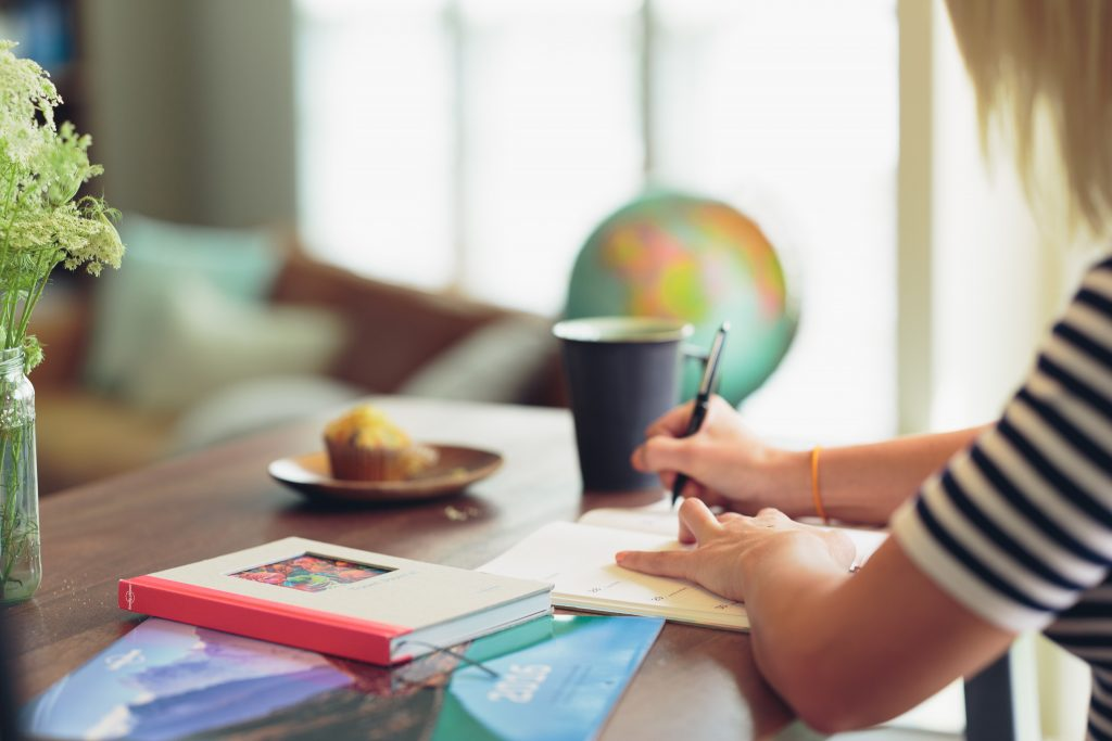 Une étudiante qui révise ses cours sur un bureau