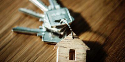 Un trousseau de clé avec un porte clef en forme de maison