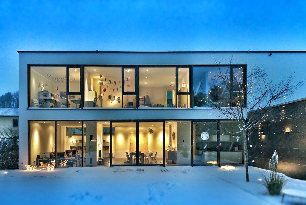 Maison moderne look contemporain sous la neige en Savoie
