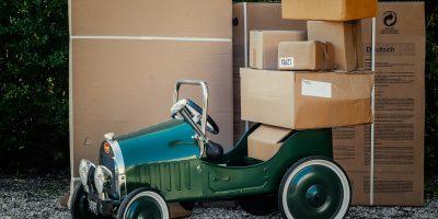 Cartons de déménagement empilés sur une petite voiture