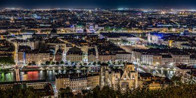 La ville de Lyon de nuit et vue d'en haut