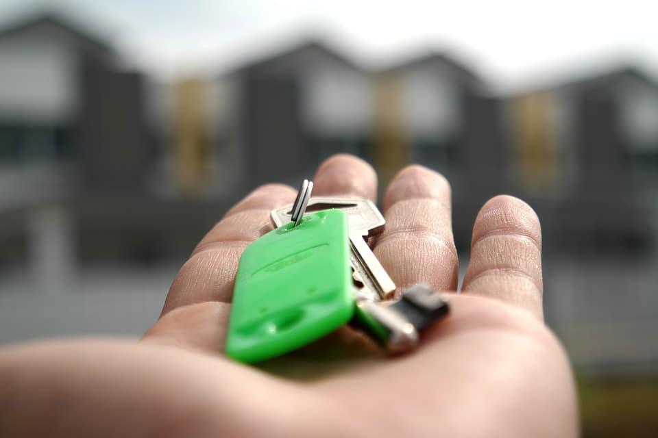 Clés de maison dans la main d'un propriétaire qui vient d'investir dans l'immobilier