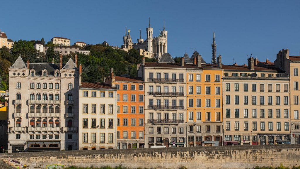 Vue des quais de Saône à Lyon et Basilique de Fourvière en arrière plan