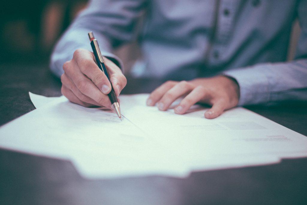 Propriétaire bailleur qui signe un contrat d'assurance GLI