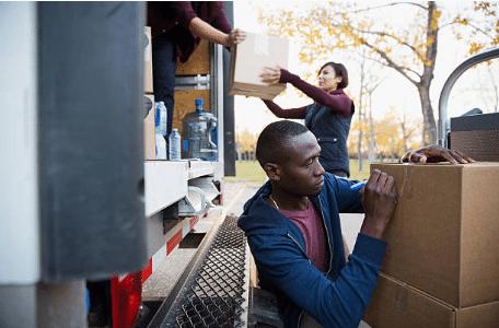 personnes chargeant et déchargeant des cartons dans un camion