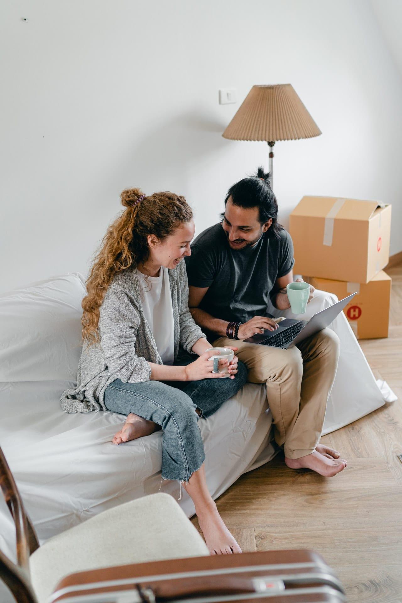 deux personnes assises devant un ordinateur